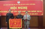 Thừa ủy quyền của Hội Luật gia Việt Nam, đồng chí Nguyễn Cảnh Phương - Chủ tịch Hội Luật gia tỉnh trao Cờ thi đua cho tập thể Hội Luật gia tỉnh.